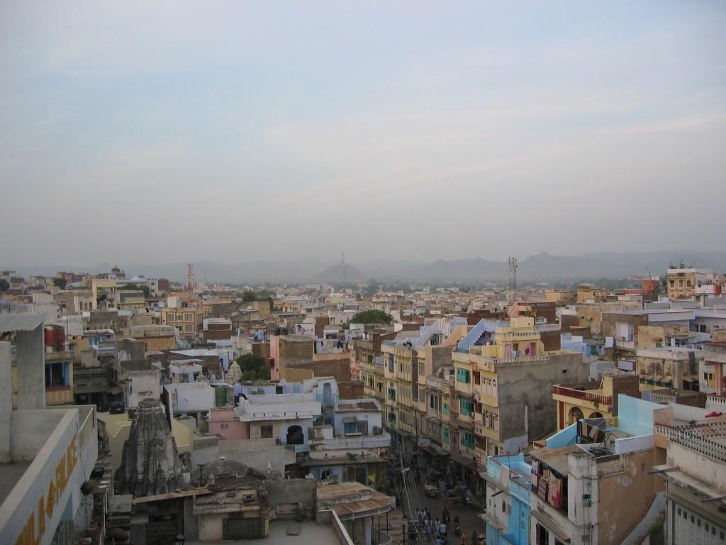 Näkymiä kattoterassilta Udaipurin yli
