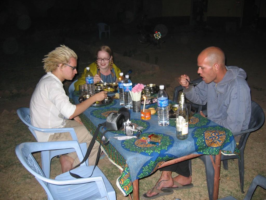 Illallista elefanttitallin pihassa. Meidän lisäksi pöydässä israelilainen Mor.