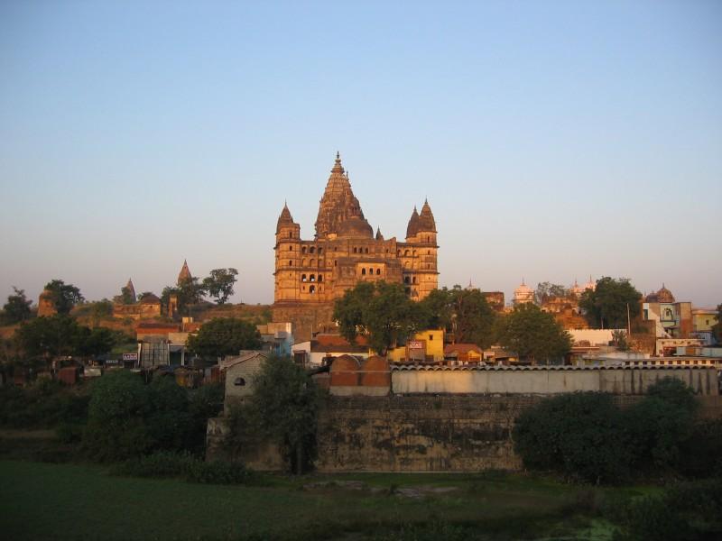 Orchhan temppeli ja iso osa itse paikkaakin