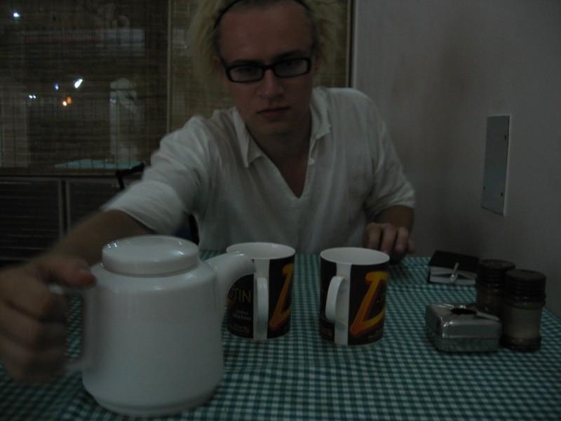 Kannussa ei siis ole teetä vaan kaljaa