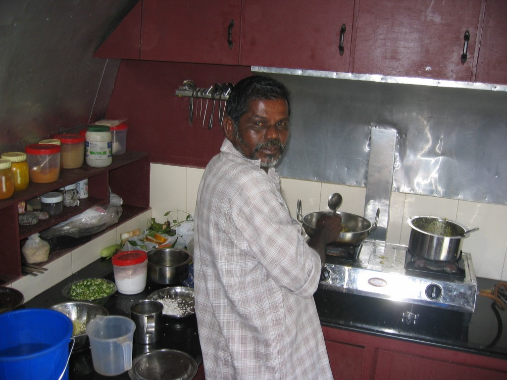 Laivan kokki keittiössä