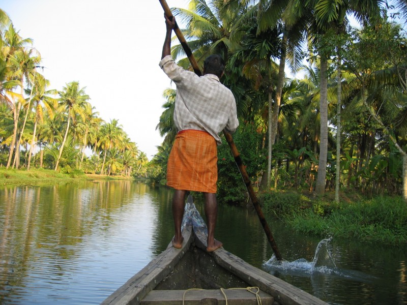 Käytiin myös pienemmällä veneellä ajelulla kapemmilla uomilla