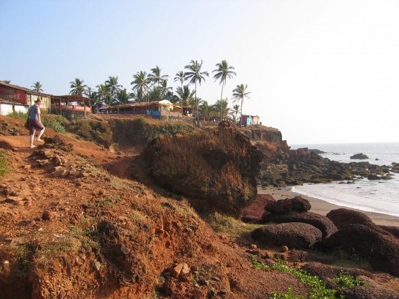 Anjuna Beach rantakallioita, ravintoloita ja kojuja