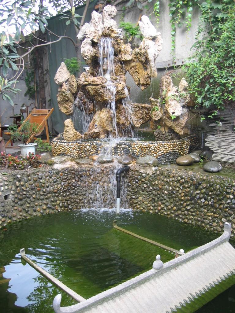 Sisäpihalla on myös vesiallas ja putous