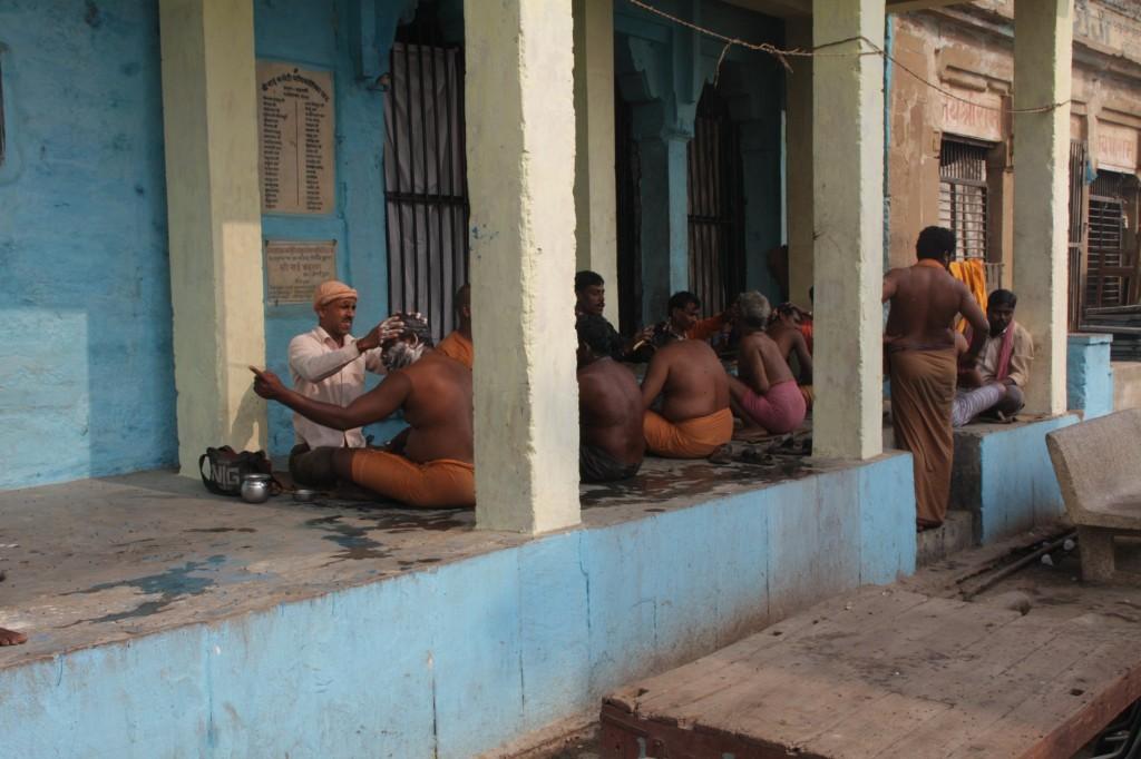 Hiustenleikkuuta Ghatin vieressä