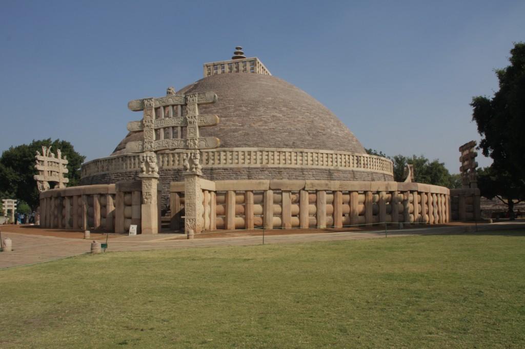 Ashokan stupa lännestä