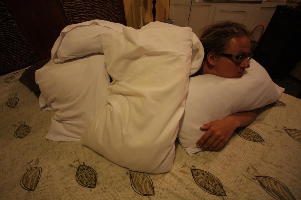 Mikko tyynyjen alla lämmittelemässä