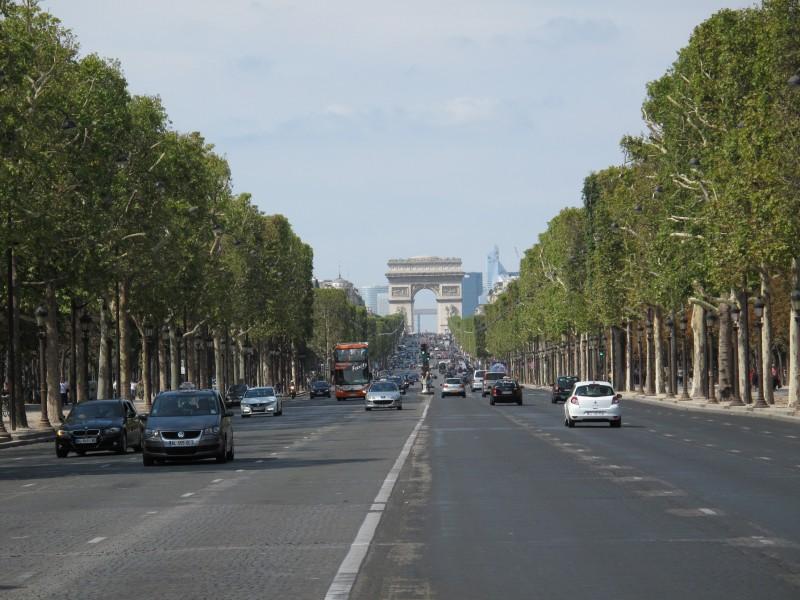 Klassinen kuva Champs-Elyséesistä