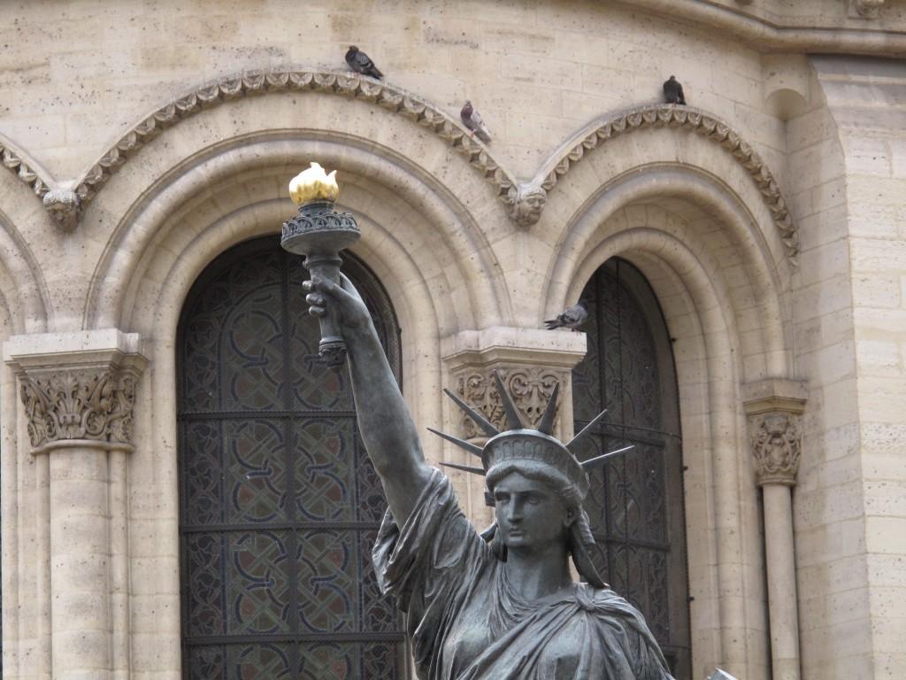 Musée des Arts et Métiersin edessä oli vapaudenpatsas