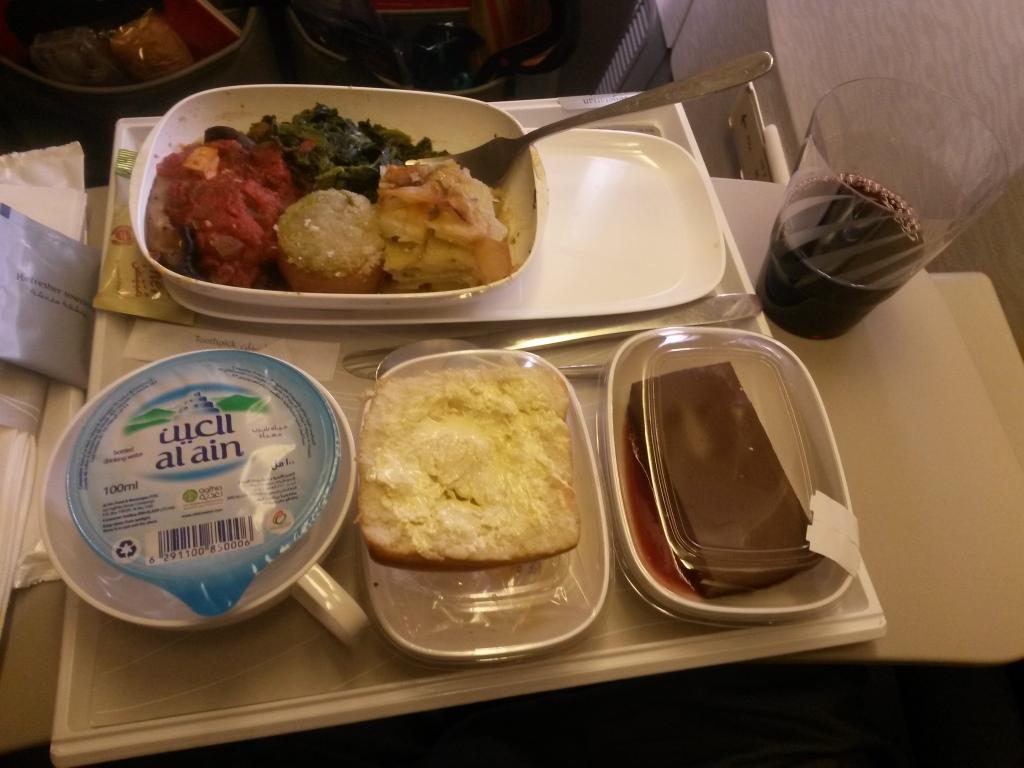 Emiratesin ruoat näyttää ja maistuu hieman paremmalta kuin kotimaisella. Tuo suklaakakku oli oikeasti tosi hyvää.