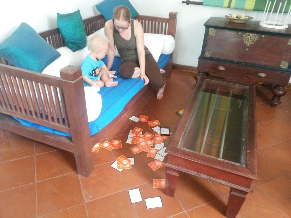 Korttipelejä. Tosin kortit eivät olleeet meidän eikä niilä paljoa pelattu. Lähinnä heiteltiin. Meni takavarikkoon.