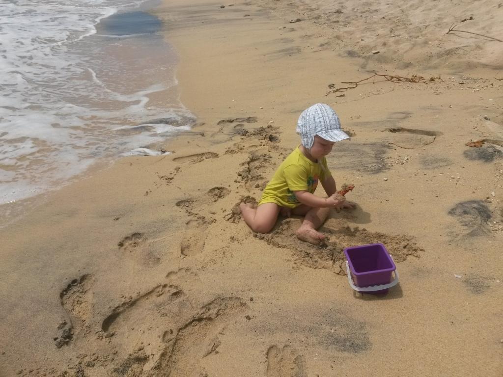 Omalla rannalla. Aika vähän tullut käytettyä, kun on toi allas. Eikä Eero ollut siitä ainakaan aluksi kovin innostunut. Aallot on varmaan aika pelottavia.