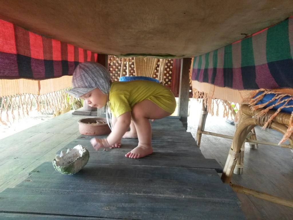 Eeron salapaikka pation pöydän alla. Sieltä on hyvä nakella koralleja joka suuntaan.