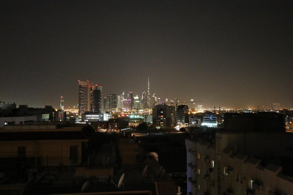 Dubain maisemaa hotellin katolta ilta-aikaan