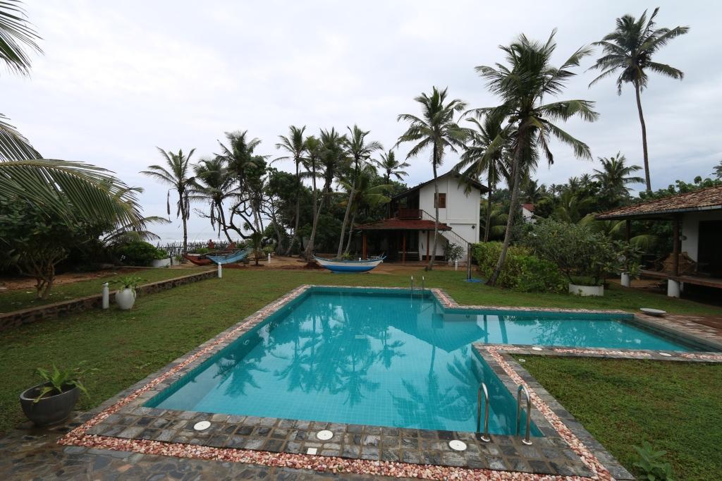 Tilukset. Tuo taaempi on meidän talo. Oikealla on omistajan oma. Ja etualalla on meidän uima-allas.