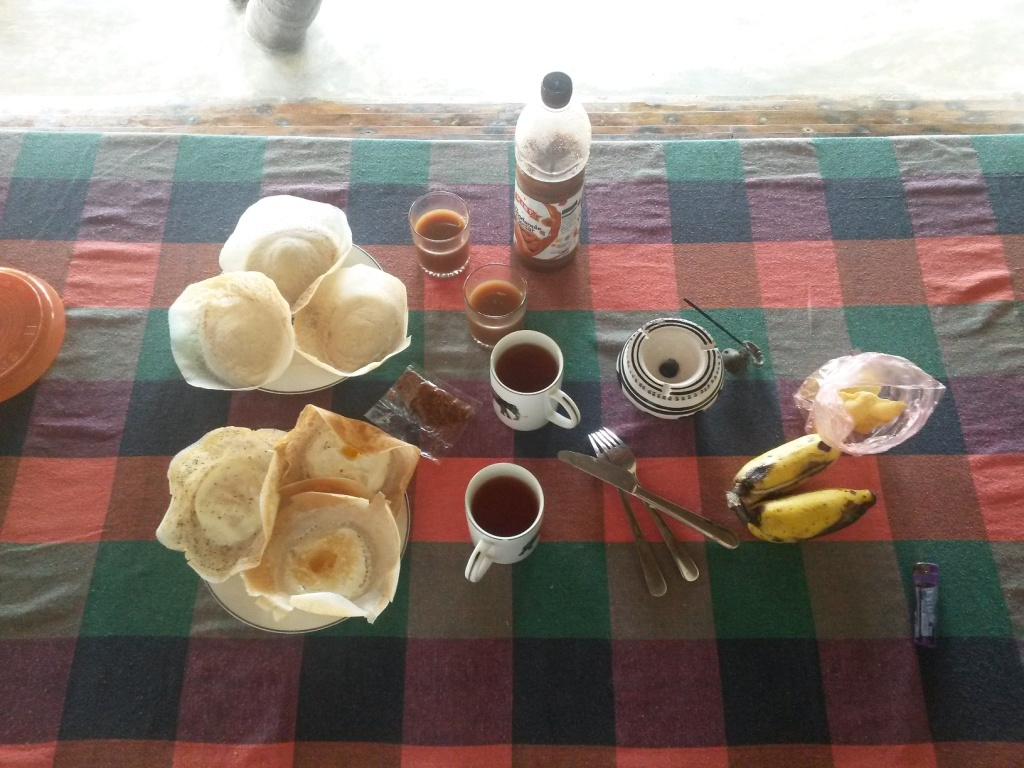 Ordered breakfast: plain and egg hoppers, tea, fruit and woodapple nectar - 400 rupees for the hoppers.