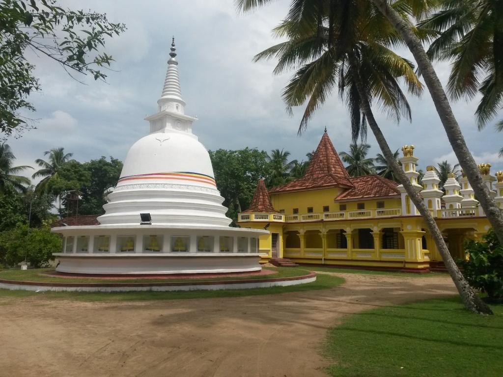 Lähitemppelin stupa ja itse temppeli takana. Eero pääsi täällä munkkipojan syliin.