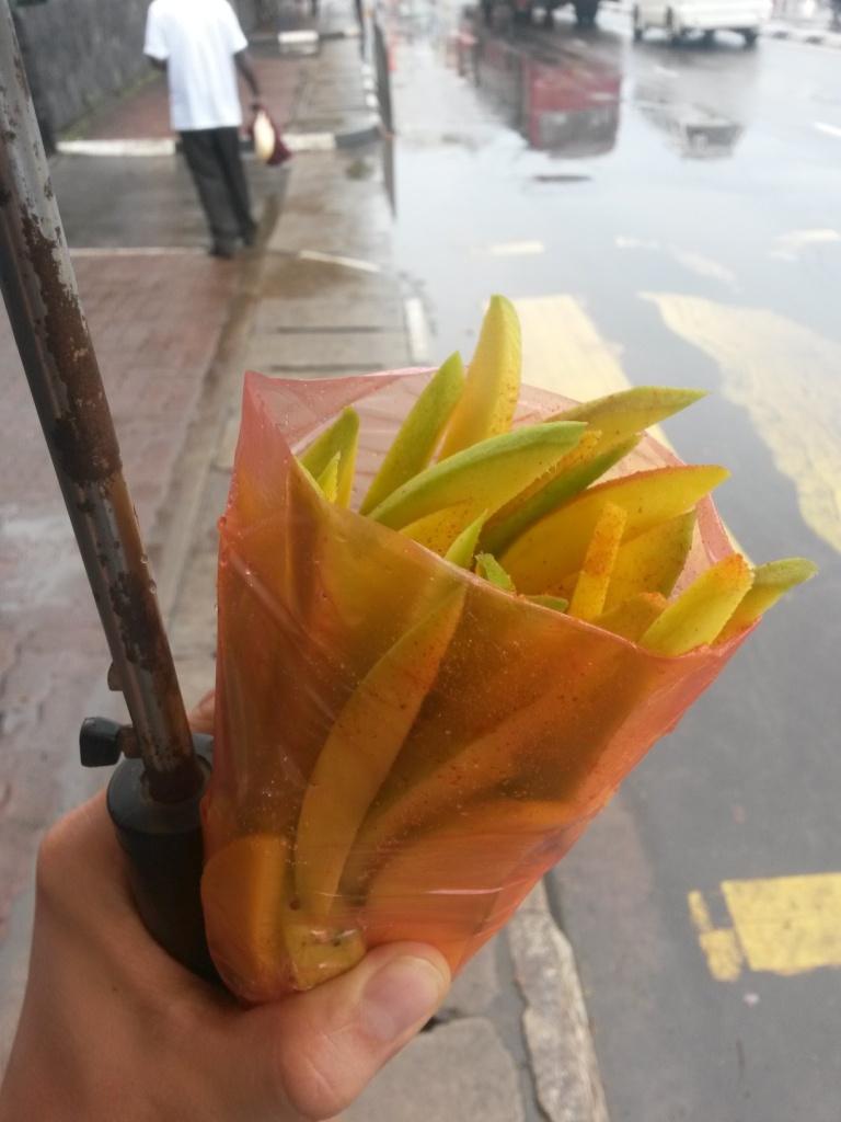 Matarasta ostettiin tällaisia jänniä raa'an mangon palasia joihin on laitettu sitä jotain mystistä mausteseosta jota täälläpäin maailmaa laitetaan kaikkien katuhedelmäpalojen päälle.
