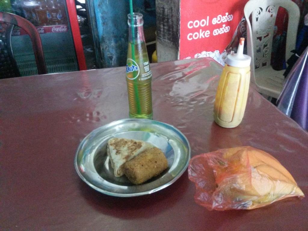 Tällainen lounas oli meillä Matarassa tarjolla. Hintaa 75 rupiaa.