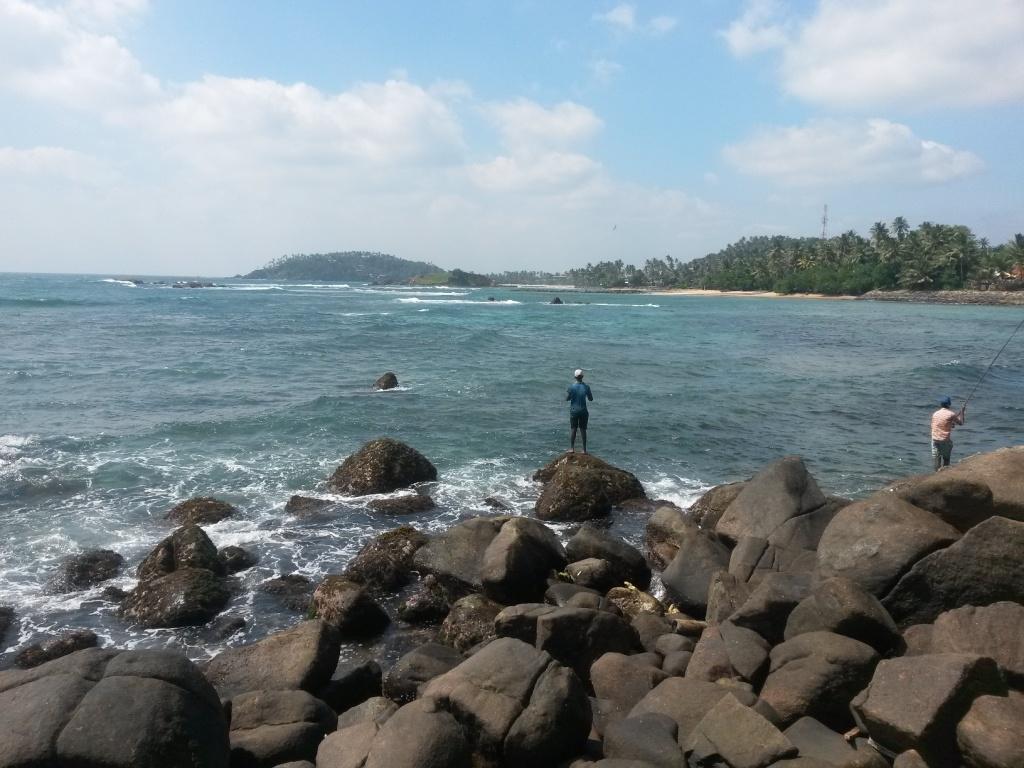 Jos Mirissan keskustaan meni rantaa pitkin, niin näkymät oli tällaisia. Mirissa on tuolla takana heti kuvan keskellä olevan saaren jälkeen.