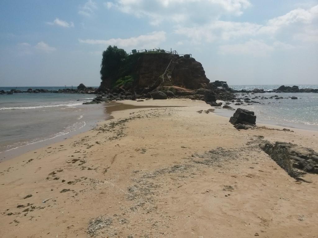 Näköalakallio Mirissa beachin toisessa päässä