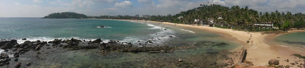 Ja toiseen suuntaan näkyy varsinainen Mirissa Beach