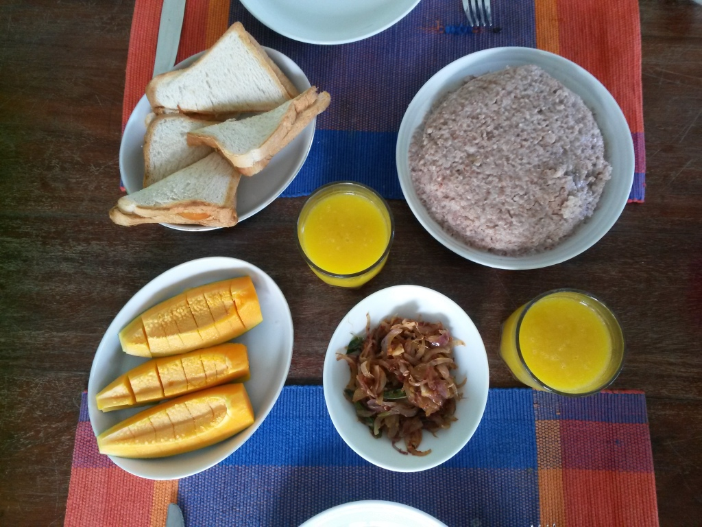 Mixed breakfast: Western sandwhiches and Sri Lankan kiribath with seeni sambol. Kiribath became our favourite since also Eero did like it. It is almost porridge like red rice.