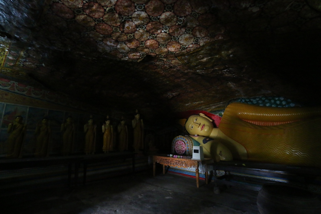 Lähes jokaisessa luolassa oli iso makaava buddha / In almost every cave there was a huge reclining buddha