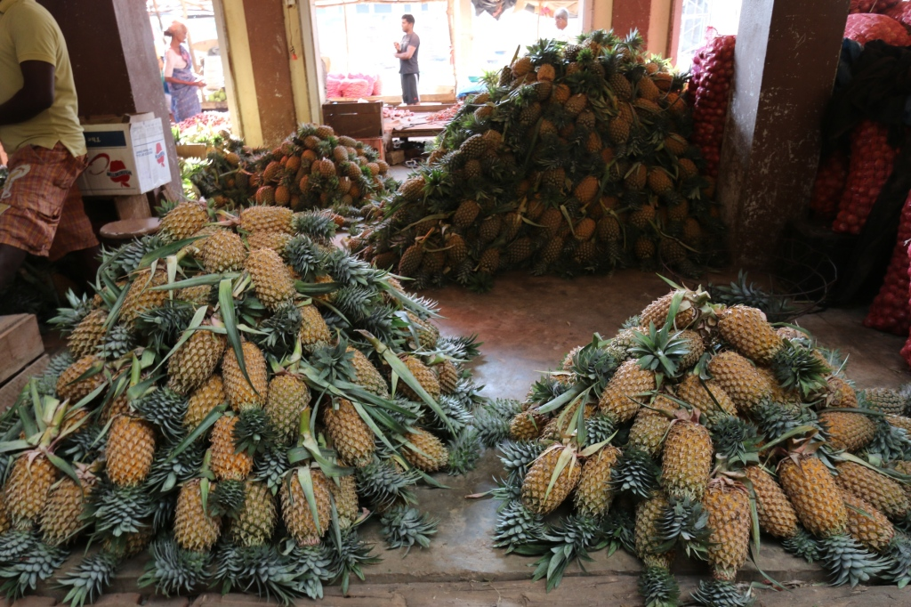 Mataran vihannestori - Ananas / Matara vegetable market - Pineapple