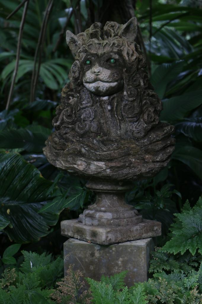... statues ...