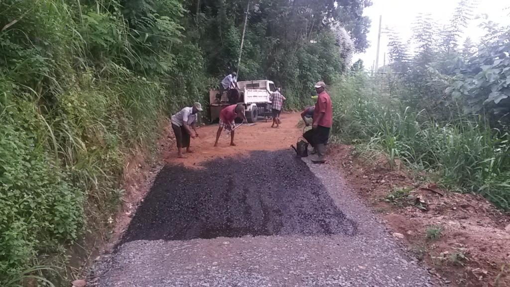 Vain osa alueen teistä oli hyvää asfalttipinnoitettua. Loput olivat joko betonia tai soraa. Tässä yhtä pätkää ollaan päällystämässä pikitieksi.
