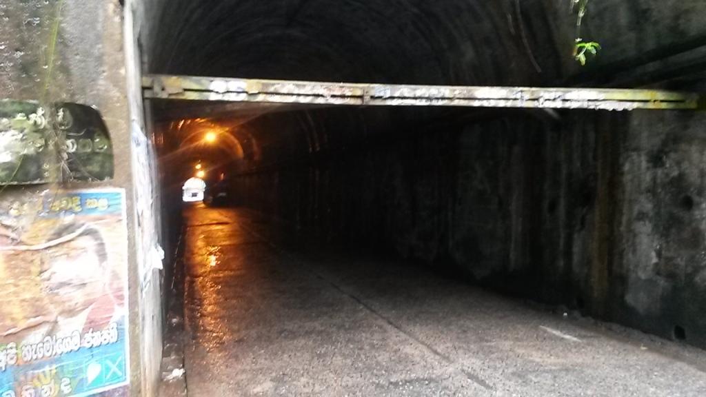 Mäen läpi kulki yksi tunneli joka lyhentää matkaa varmaan parilla kilometrillä. Siis jos sattuu olemaan menemässä juuri vastapuolelle. Tunneli oli myös maanvyöryn takia muutaman päivän suljettuna joulupyhien aikaan.