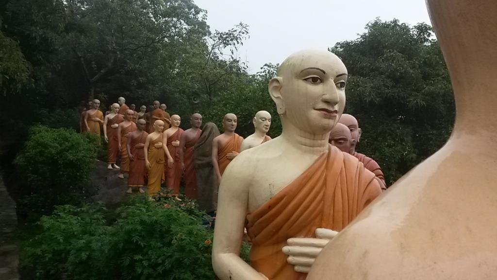 Ison buddhan perässä kulki monen monta seuraajaa.