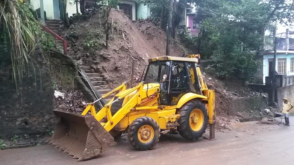Joulun ajan sateet aiheutti paljon pieniä maanvyörymiä myös Kandyssä. Eeroa kiinnosti ehkä eniten tuo traktori.
