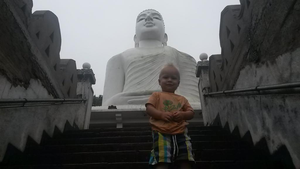 Eero ja Kandyä sen yläpuolelta vartioiva suuri Buddha
