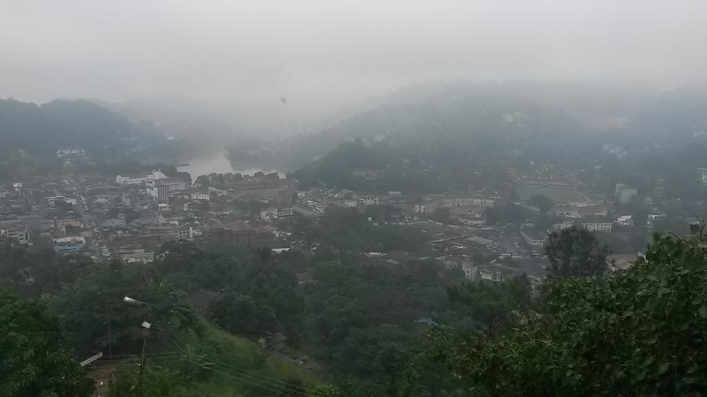 Näkymä harmaan sateiseen Kandyn keskustaan