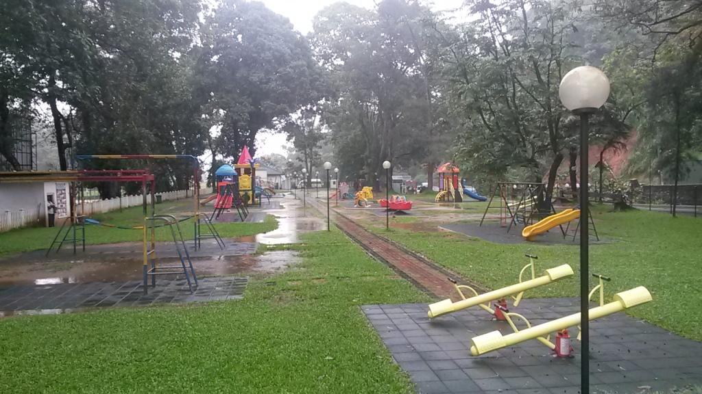 Kandyssa olisi ollut näin hieno ja iso leikkipuistokin, mutta sateella se pysyi visusti kiinni eikä sitten lopulta ehditty käydä kertaakaan.