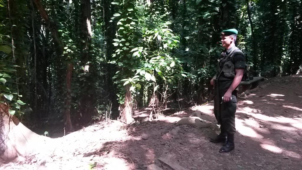 Myös Udawattakele oli armeijan kansoittama. Kuvassa ei oikein näy tämän sotilaan telttamajoite tienpenkan takana, mutta niistä päätellen he pitivät ihan oikeasti majaa metsän keskellä.