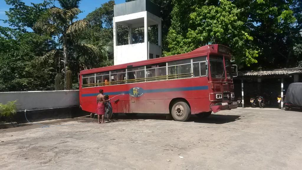 Erään hienostohotellin kupeessa voitiin ihailla bussin pesua