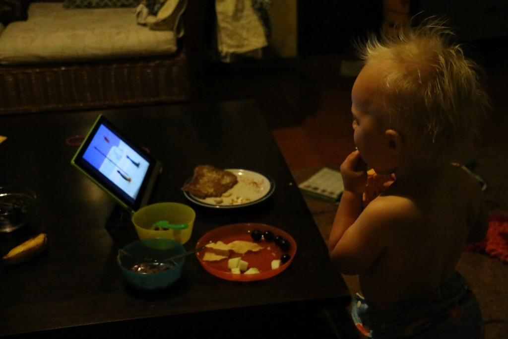 The normal routine for Eero to eat: watching Pingu and stuff bits once in a while into mouth.